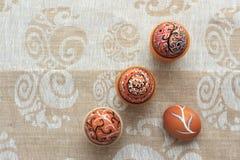 Uovo di Pasqua dipinto variopinto fatto a mano contro la tovaglia di corrispondenza Fotografie Stock