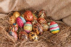 Uovo di Pasqua dipinto variopinto su fieno Immagini Stock