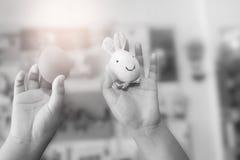 Uovo di Pasqua e coniglio in mani del bambino Fotografia Stock Libera da Diritti