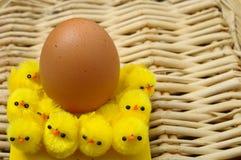 Uovo di Pasqua e pulcini gialli Fotografia Stock Libera da Diritti