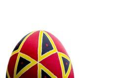 Uovo di Pasqua fatto a mano etnico perfetto Decorato con i modelli Isolato su bianco fotografia stock