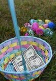 Uovo di Pasqua Hunt Basket con soldi immagini stock