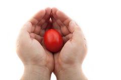 Uovo di Pasqua In mani Fotografia Stock Libera da Diritti