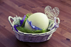 Uovo di Pasqua nel canestro Fotografie Stock Libere da Diritti