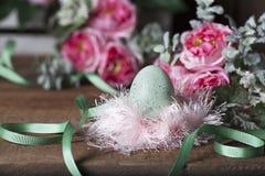 Uovo di Pasqua in nido lanuginoso Immagini Stock