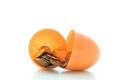 Uovo di Pasqua In pieno di soldi. Immagini Stock
