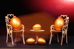 Uovo di Pasqua in sedie di legno alla tavola isolata sul nero Fotografie Stock Libere da Diritti