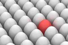 Uovo di Pasqua sorridente rosso fra simile Immagini Stock