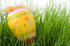 Uovo di Pasqua Su erba Fotografia Stock