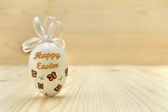 Uovo di Pasqua su fondo di legno con lo spazio del testo Immagini Stock Libere da Diritti