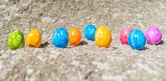 Uovo di Pasqua su una pietra Fotografia Stock