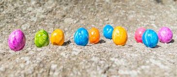 Uovo di Pasqua su una pietra Immagine Stock