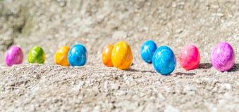 Uovo di Pasqua su una pietra Fotografia Stock Libera da Diritti
