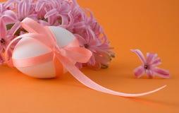 Uovo di Pasqua Su una priorità bassa arancione Fotografie Stock