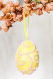 Uovo di Pasqua sul ramo di fioritura della pesca Fotografie Stock Libere da Diritti