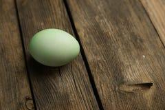 Uovo di Pasqua sulla plancia Fotografia Stock
