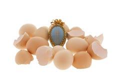 Uovo di Pasqua In uova del pollo e le coperture su bianco Fotografie Stock