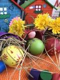 Uovo di Pasqua variopinto con fondo arancio Fotografia Stock Libera da Diritti