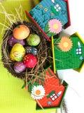 Uovo di Pasqua variopinto con fondo giallo Immagini Stock Libere da Diritti