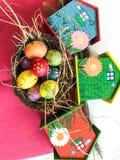 Uovo di Pasqua variopinto con fondo rosso Fotografie Stock