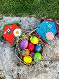 Uovo di Pasqua variopinto con il fondo dell'erba Immagini Stock