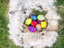 Uovo di Pasqua variopinto con il fondo dell'erba verde Immagini Stock Libere da Diritti
