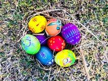Uovo di Pasqua variopinto con il fondo dell'erba verde Fotografia Stock Libera da Diritti