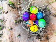 Uovo di Pasqua variopinto con il fondo della sabbia Immagine Stock Libera da Diritti