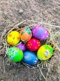 Uovo di Pasqua variopinto con il fondo della sabbia Fotografia Stock