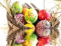 Uovo di Pasqua variopinto con la riflessione dell'acqua Fotografia Stock