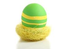 Uovo di Pasqua verde in nido Fotografia Stock