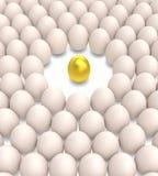 Uovo dorato fra le uova normali Fotografie Stock Libere da Diritti