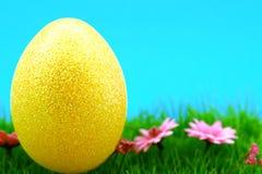 Uovo dorato molle gigante Immagine Stock