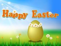Uovo dorato nel grassground con Pasqua felice Fotografia Stock