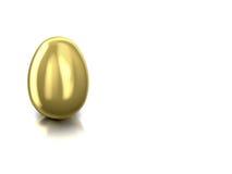 Uovo dorato per prosperità su fondo riflettente bianco Fotografia Stock
