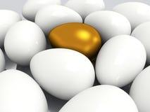 Uovo dorato unico fra le uova bianche Fotografia Stock Libera da Diritti