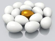Uovo dorato unico fra le uova bianche Immagini Stock