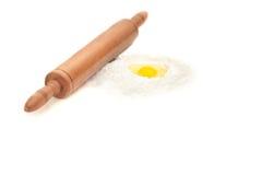 Uovo e farina con il rullo fotografie stock