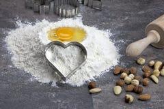 Uovo e farina per i biscotti di cottura Immagini Stock Libere da Diritti