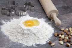 Uovo e farina per i biscotti di cottura Fotografie Stock Libere da Diritti