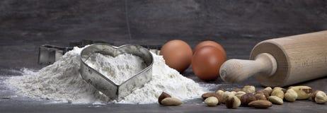 Uovo e farina per i biscotti di cottura Fotografie Stock