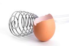 Uovo e frusta Immagini Stock
