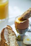 Uovo e pane tostato bolliti Immagine Stock