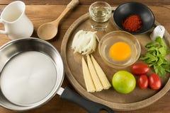 Uovo e spezia per la cottura sana sul fondo di legno della tavola Fotografia Stock