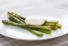 Uovo ed asparago cotti in camicia Fotografia Stock