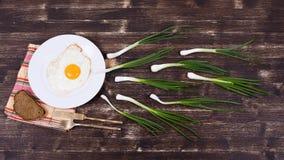 Uovo, erba cipollina, pane, piatto, coltello e forcella Fotografia Stock Libera da Diritti