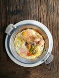 Uovo fritto con carne di maiale e guarnizioni Immagine Stock