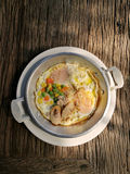 Uovo fritto con carne di maiale e guarnizioni Immagini Stock Libere da Diritti