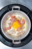 Uovo fritto con carne di maiale nella pentola della Tailandia Fotografie Stock Libere da Diritti