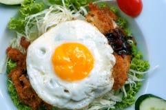 Uovo fritto con il pollo e la lattuga Immagine Stock